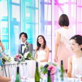 その日のお天気で色味が変わる、世界に一つだけのメインテーブルが素敵。 会話と料理を楽しんだり、生演奏を入れて粋な演出も魅力的。