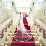 大階段のバージンロードが花嫁姿を一層引き立てます