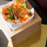 大人気のちらし寿司。 ヒノキの枡に入った色鮮やかなこちらのちらし寿司は温かい状態でお届け。 ご年配のゲストにも好評です。