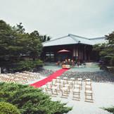 日本庭園で行う「庭園挙式」は100名以上列席可能。挙式は庭園挙式の他に、神殿や神社での神前式、チャペルでのキリスト教会式・人前式などから選べる