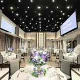 2019年2月リニューアルオープン!! 天井高7m、最大150名収容可能なバンケット 2面の大型スクリーンや大階段、オープンキッチンなどで多彩な演出が叶う