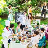 【ガーデン】爽やかな風が心地よいガーデンではデザートブッフェをはじめ、ゲストと一緒に楽しめる演出が人気。