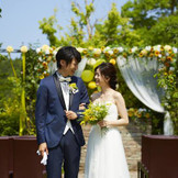 カジュアルスタイルのスタンディング挙式も人気。薔薇が咲き誇る5月~6月がとてもおすすめ!