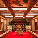 目を見張るように色鮮やかな深紅に彩られた大巳殿は、独特の華やぎと威厳に満ち、風格溢れる空間