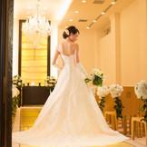 光輝くオニキスのバージンロードが花嫁を優しく包み込みます