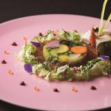 開業55周年を記念して創作された革新的なウエディングメニュー。披露宴の進行を度重なるサービスで遮ることのないよう、品数は減らすことなく、通常5~6皿で構成されるコースを4皿に集約。1皿目の前菜は日本庭園をイメージした鮮やかな逸品。