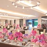 「パストォーン」は白を基調としたお洒落な空間が特徴。ピンクの可愛らしいコーディネートから、シックなコーディネートまで。幅広くおふたり色に染め上げることが可能です。