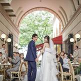 アニヴェルセル 表参道だけの「ページェントスタイル」 たくさんの人々に祝福される晴れやかなセレモニー。挙式を終えたふたりは、盛大な拍手に囲まれながらカフェを通り表参道メインストリートへ。