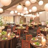 最大300名まで収容可能な「スペーシア」。ホテルのようなラグジュアリーな雰囲気を醸し出すのは、天井の特徴的な照明たち。大人な落ち着きを兼ね備え、大人数まで収容できる会場です。