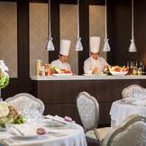会場内に併設されたオープンキッチンからは出来立てのお料理を楽しめます