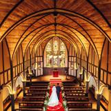 2フロア吹き抜けの天井、長さ約14mものバージンロードと圧巻のスケールの大聖堂