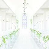 柔らかな白を基調とした室内には自然光が入り、12mもの長さを誇るフランス産大理石で創られた純白のバージンロードが、花嫁を美しく輝かせます。