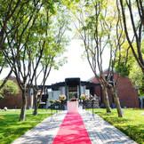 挙式は正面の並木道かレストラン横の中庭でのガーデンウエディング。