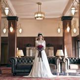 エントランスロビーはアール・デコ様式にこだわったクラシカルな雰囲気。天井が高く開放的な空間で、優雅な気分を味わえます。