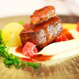 お客様からご好評をいただいているメインのお肉料理。厚みもありながら柔らかくお肉の甘みを引き出します。