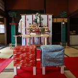 後楽園神前式。亭舎を一からスタッフがご両家の為だけにセッティング致します。 挙式一時間前には伊勢神社の宮司様により、ホテルの神殿に祀られている神様を後楽園にご移動いただく儀式を執り行ってくださいます。
