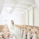 一軒家の敷地内には、最大120名着席可能な白亜の独立型チャペルが。スワロフスキーの煌めきがバージンロードを照らし、花嫁を一層美しく見せてくれる。