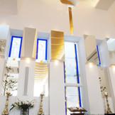 自然の光に照らされる祭壇 純白のドレスに神の恩恵が降り注ぎます