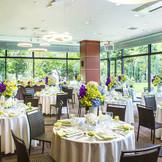 2面ガラス張りに囲まれたレストランウエディング。自然光溢れるアットホームなウエディングが創られる。