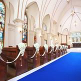 祭壇へ向かう鮮やかなバージンロード。秋田駅前唯一の独立型チャペル・聖セシリア教会。