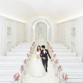 クリスタル輝く純白のチャペル×ピンク装飾は花嫁の憧れ♪