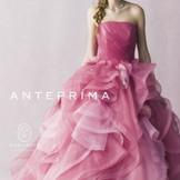 大人っぽいピンクが洗練された花嫁を演出。