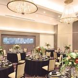 パーティールームはホテルウェディング王道のシャンデリアが 天井高5メートルに煌き オープンキッチンやプロジェクションマッピングでゲストに驚きと感動を与える