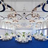 BanquetStyle【L'acqua】高い天井のシャンデリアがきらめく光に彩られたエレガントな空間
