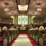 長い歴史を持つ格式のあるホーリーチャペルは、1968年に建てられ、親子三代でご利用頂くなど、その歴史を思わせる。 収容人数80名、キャンドルが灯り暖かみのある雰囲気はゲストとの一体感をより感じることが出来ます。