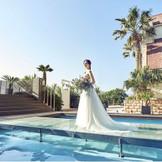 海をバックに演出ができるのはマウロ・アネーラだけの特別♪自然光に照らされて新婦様の素敵なドレス姿がとってもはえます(^^)