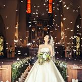 チャペルが祝福の拍手と感動の涙に包まれる中、聖歌隊の歌声がおふたりの誓いを優しく大きく包み込むように響き渡る。その感動的なシーンでさらに祝福の天使の羽が列席者に優しく舞い降り、二度とないこの瞬間を大切な人とともに迎える。