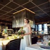 【39F・40~80名】大人花嫁のための自由なウエディングをテーマにした新しいレストラン会場。ゲストとの時間を大切にしたリラックスできる着席ブッフェスタイルで、ドレスなどのアイテムの持ち込みは自由。