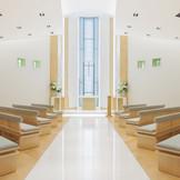 """""""ナチュラル&ブリリアント""""をコンセプトに白を基調にした空間は、優しい光と木の温もりがあふれる上質なステージ。"""