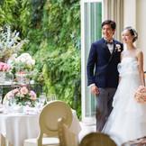 美しい緑と、眩い陽光は花嫁をとびきり美しく映し出してくれる