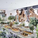 ゲストと共に楽しめる料理演出はレストランウエディングだからこそ叶う時間。デザートタイムは二人も一緒に楽しんで。