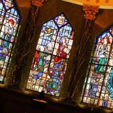 大聖堂の壁一面には15枚もの壮麗なステンドグラス