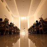 神聖な雰囲気の中でご家族やご友人に見守られ、永遠の誓いを交わす。 最大110名まで着席可能な「フィルハーモニー」