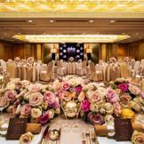 【こぶし東】着席人数:こぶしルーム160名(東:40様~80名様) メインテーブルの深みのあるブラウンが印象的なモダンバンケットルーム。