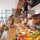 メインバンケット内には都内最大級のオープンキッチンがあり、一つの演出として楽しめる