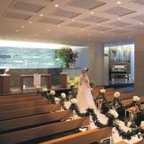 """■館内チャペル マカリオス■白く輝くバージンロードと御影石の祭壇。チャペル「マカリオス」ギリシャ語で""""祝福に満ちた状態""""を意味します。"""