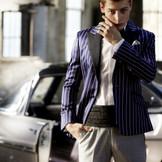 <新郎様衣裳も充実!>プリティッシュなストライプ柄が、モダンでオシャレな出で立ち。トレンドを押させたネイビーベースのジャケットにはグレーのパンツをあわせることで、よりスタイリッシュに。