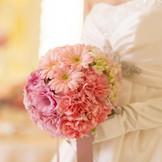 ブーケはドレスの色とのコーディネートが大切です。 専属のフローリストがあなたに合った花の色をご提案します。