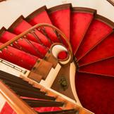 赤い絨毯をまとう螺旋階段を上ると、北野の高台にそびえるチャペルが見えてくる。