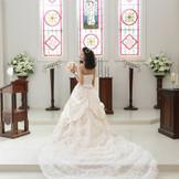 祭壇でのウエディングドレス。 長いトレーンが映える場所!