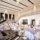 ラグジュアリーな装いの「カーサ・ディ・ジェナ」はモノトーンの中にどこか温かみを感じる披露宴会場。