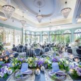 爽やかな水音のプールがきらめくフレンチスタイルのガーデンと、ルイ王朝の調度品が並ぶ専用リビングが隣接した美しいパーティー会場