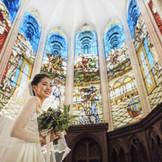 花嫁を美しく輝かせるステンドグラスチャペルで永遠の誓いを
