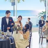 ゲストの笑顔と共に海が見えるリッチな空間