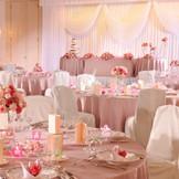 あらゆるコーディネイトが映える150名まで着席可能な広々とした空間 このバンケットをキュートな雰囲気に染め上げるのは 「きれい&カワイイ」をテーマにしたコーディネイト ピンクで統一された空間は 幸せムードいっぱいです。