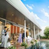 披露宴会場横にはプール付のテラス。デザートビュッフェやゲストとの歓談でも自由に使える。